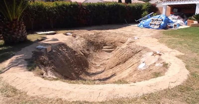 Un fran ais creuse un trou dans son jardin et le for Piscine lagon caoutchouc
