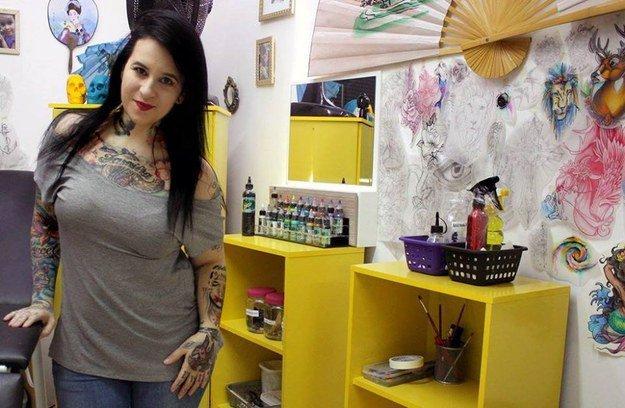 cette tatoueuse efface les cicatrices de femmes victimes de violences conjugales avec des uvres. Black Bedroom Furniture Sets. Home Design Ideas
