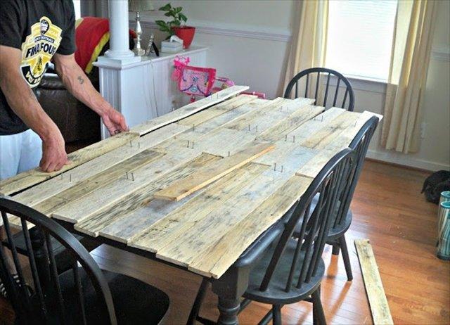 elegant les palettes de bois peuvent galement servir de plateau pour la table de la salle manger with table de salle a manger originale - Plateau Pour Table De Cuisine